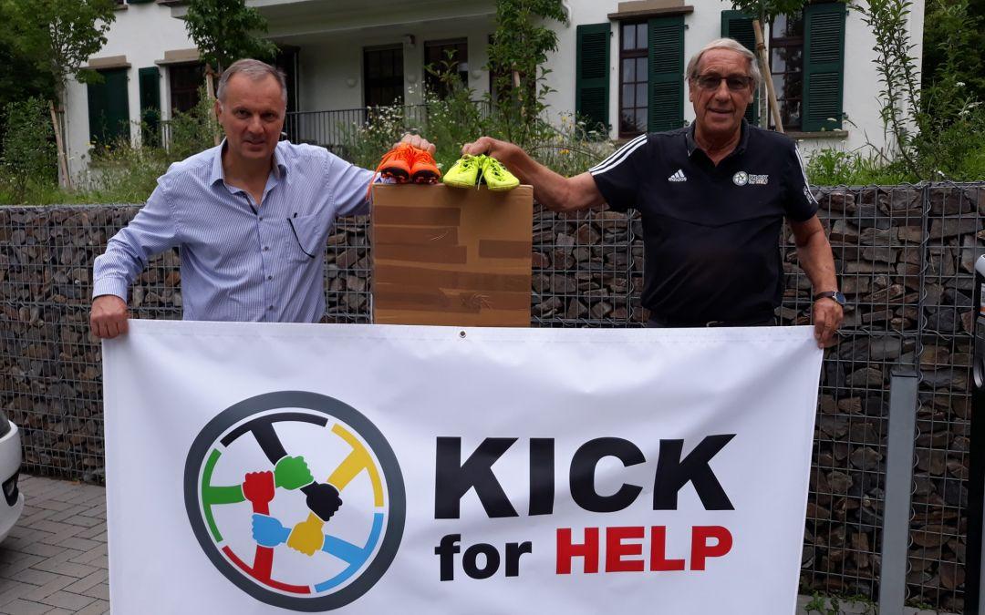 Kick for Help spendet Fußballschuhe für Kinder aus dem Ahrtal